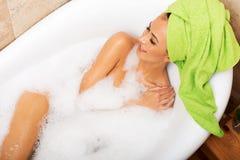 Über Ansicht einer Frau, die im Bad sich entspannt lizenzfreies stockfoto