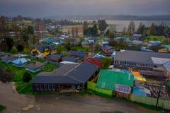Über Ansicht von hölzernen Gebäuden in der chilota Kommune von Castro, an einem herrlichen Tag lizenzfreies stockbild