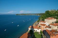 Über Ansicht von Piran mit Schloss und Booten, Slowenien Lizenzfreies Stockfoto