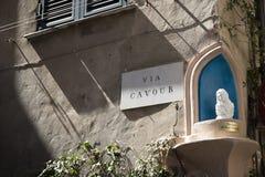 Über Cavour-Zeichen mit votive aedicule St Mary Albenga, Italien stockfoto