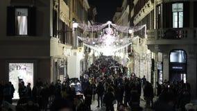 Über Condotti in Rom, gedrängt während der Weihnachtsjahreszeit stock footage