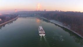 Über das Flussboot bei dem Sonnenuntergang fliegen, vorbei fliegend stock footage