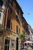 Über Della Vite ist eine beschäftigte und moderne Straße von Rom Stockbilder