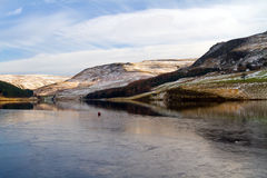 Über dem Eis zu den Hügeln auf Taubensteinreservoir lizenzfreies stockbild