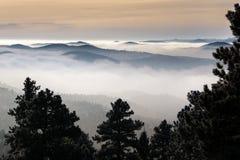 Über dem Nebel stockbild