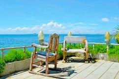 ?ber dem Schauen der Terrasse mit Garten lizenzfreies stockbild