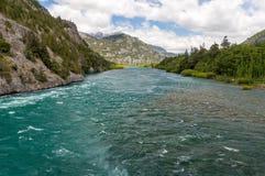 Über dem schnell fließenden Fluss Stockfoto