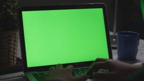 Über dem Schulterschuß eines Jungen, der auf Laptop-Computer auf Schreibtisch verwendet, stock footage