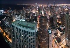 Über den Chicago-Nachtskylinen lizenzfreie stockfotos