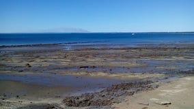 Über den Felsen in das Meer Stockfotografie