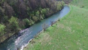 Über den Fluss fliegen, der Felsen stock video