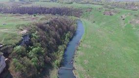 Über den Fluss fliegen, der Felsen stock footage