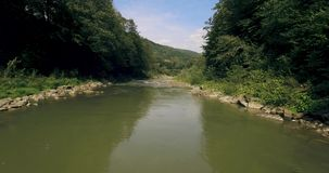 Über den Fluss niedrig fliegen, der seine Weise durch das Spring Valley schnitzt 4K stock video
