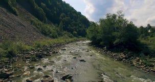 Über den Fluss niedrig fliegen, der seine Weise durch das Spring Valley schnitzt 4K stock video footage