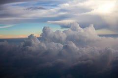 Über den Wolken auf Horizont Stockbilder