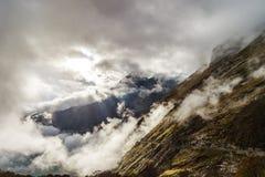 Über den Wolken im Hochgebirge, Pyrenäen, nebelig und bewölkt lizenzfreie stockbilder