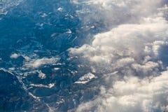 Über den Wolken und dem blauen Himmel stockfotografie