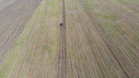 Über der Ansicht des Traktors das Feld pflügend stock video