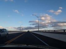 Über der Brücke in die Wolken stockfoto