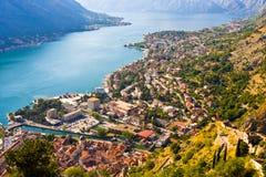 Über der Bucht von Kotor in Montenegro mit Ansicht von Bergen, von Booten und von alten Häusern schauen Stockbild