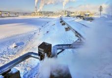 Über der Grundrohrleitung isoliert Heißwasser-Wintertag der Rohrleitung Stockbilder