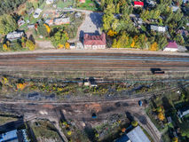 Über der Station und der Bahnlinie im Dorf von Maksatikha Stockfotografie