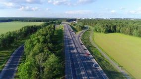 Über die Landstraße fliegen, Landschaftsstraße, Straßenkreuzung stock video footage