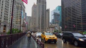 Über DuSable-Brücke in Chicago - CHICAGO, USA 12. JUNI 2019 gehen - stock video footage