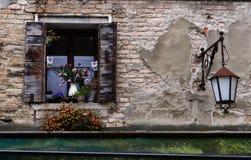 Über ein Fenster und eine Laterne lizenzfreie stockbilder