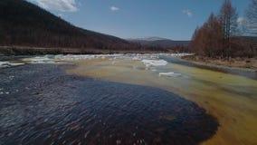 Über eine schmelzende Flusseisdecke im Frühjahr fliegen stock video footage