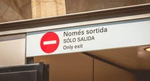 Über einer Tür kein Eintrittszeichen und ein Text in Katalanisch, in spanisch und in en lizenzfreie stockfotografie