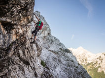 Über ferrata Bergsteiger hoch auf dem Felsen Stockfotos
