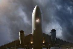 über Fliegenflugzeug in den Abendwolken Stockfoto