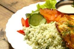 Über-Gebackenes Steak mit Reis und Salat Lizenzfreie Stockbilder