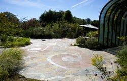 Über gewachsenem Hof mit mosiac Pflasterung Stockbild