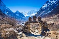 über Himalaja-Berge gestalten landschaftlich Stockfotografie