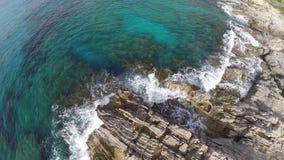 Über Klippen Calas RajadaÂs fliegen - Luftflug, Mallorca stock video