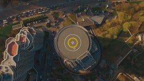 Über modernem Geschäftszentrum der Draufsicht mit Hubschrauber-Landeplatz 4K UHD Antennengesamtlänge stock footage