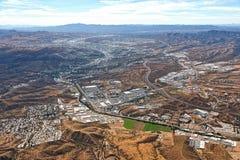 Über Nogales Arizona, das Nogales, Mexiko untersucht stockbild