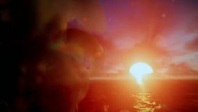 Über Ozean mit schönem Sonnenaufgang kreuzen, godrays stock video