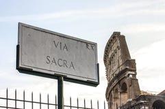 Über Sacrastraßenschild auf Stand in Rom Italien Stockbilder