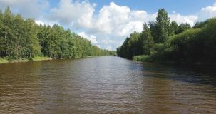 Über schlammige Antenne des Flusses 4k niedrig fliegen stock footage