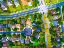 Über Schnitt und Sackgasse in der Vorstadtnachbarschaft außerhalb Austin Texas Aerial Views lizenzfreies stockbild