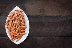 Über Schuss von Honey Glazed Baby-Karotten über rustikalem Hintergrund Lizenzfreies Stockbild