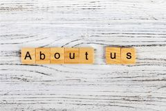 über uns Wörter gemacht von den Würfeln mit Buchstaben Lizenzfreie Stockfotos