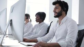 Über weißem Hintergrund im Studio Mann in der Kopfhörer-Funktion in der Kontakt-Mitte stock footage