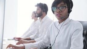 Über weißem Hintergrund im Studio Schöne schwarze Frau in der Kopfhörer-Funktion stock footage