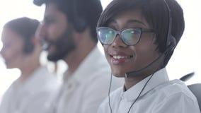 Über weißem Hintergrund im Studio Schöne schwarze Frau in der Kopfhörer-Funktion stock video footage