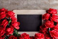 Über weißem Hintergrund Rotrosenblumen und -tafel an Stockfotografie