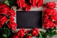 Über weißem Hintergrund Rotrosenblumen und -tafel an Lizenzfreies Stockbild